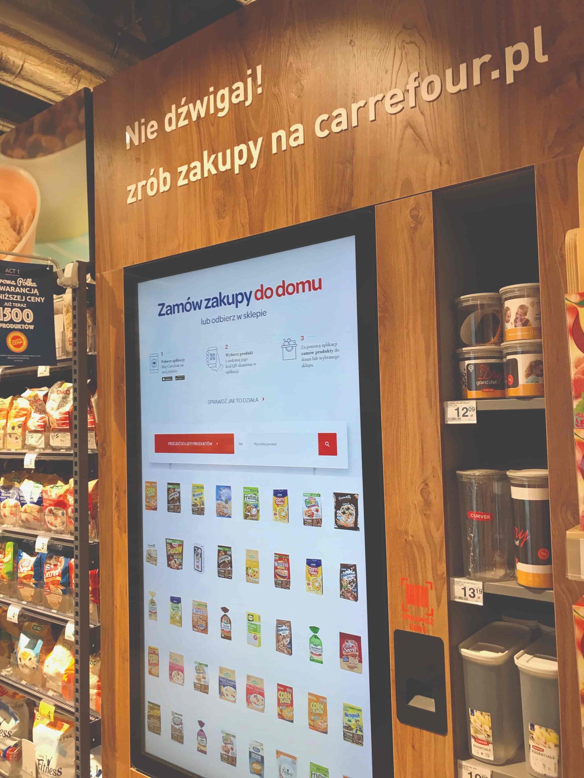 Ekran, który umożliwia zrobienie zakupów online w concept store Carrefour